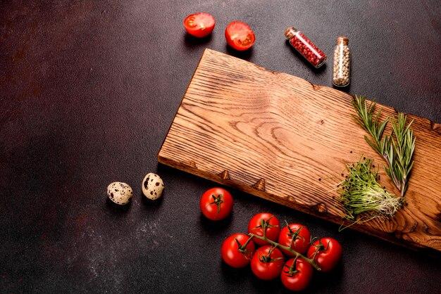 Ingredientes para cozinhar pasta. tomate cereja, temperos e ervas preparadas para massas