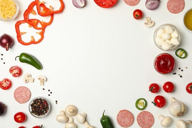 Ingredientes para cozinhar pizza em branco