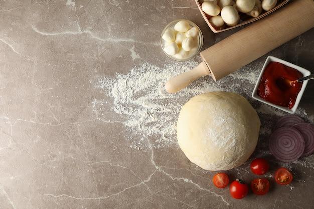 Ingredientes para cozinhar pizza em fundo cinza