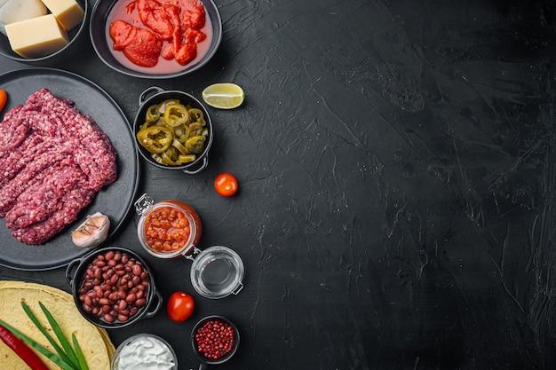 Ingredientes para cozinhar quesadillas, em fundo preto, com espaço de cópia para o texto