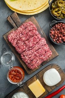 Ingredientes para cozinhar quesadillas, na mesa cinza, vista de cima plana lay