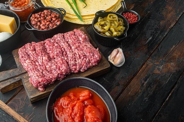Ingredientes para cozinhar quesadillas, no fundo da velha mesa de madeira escura
