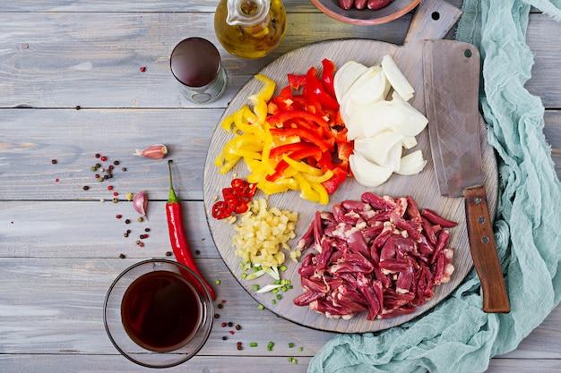 Ingredientes para cozinhar salteados de corações de frango, pimentão e cebola. cozinha chinesa. vista do topo