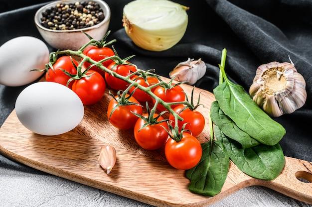 Ingredientes para cozinhar shakshuka eggs