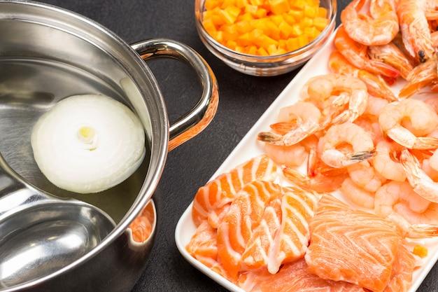 Ingredientes para cozinhar sopa de mariscos. fechar-se.