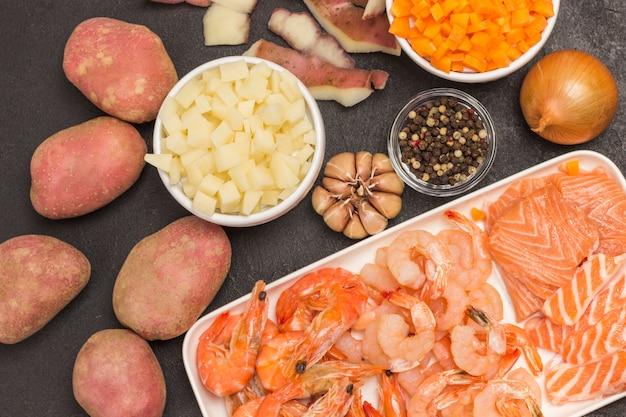 Ingredientes para cozinhar sopa de mariscos.