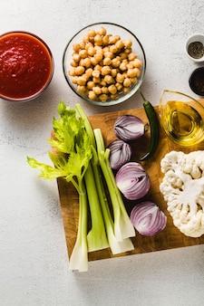 Ingredientes para cozinhar sopa em uma tábua de cortar