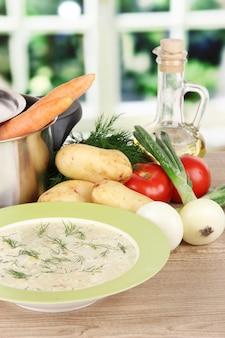 Ingredientes para cozinhar sopa na mesa da cozinha