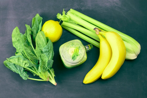 Ingredientes para cozinhar um smoothie verde saudável