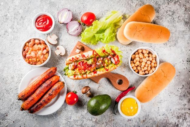 Ingredientes para diferentes cachorros-quentes veganos de cenoura vegana