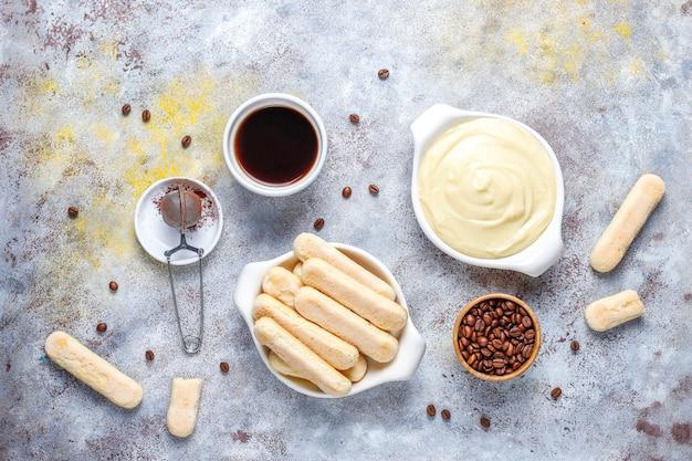 Ingredientes para fazer a sobremesa tiramisu, vista superior com espaço de cópia.