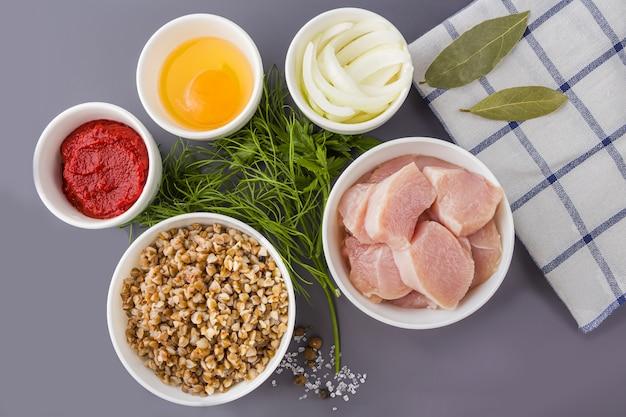 Ingredientes para fazer almôndegas na mesa