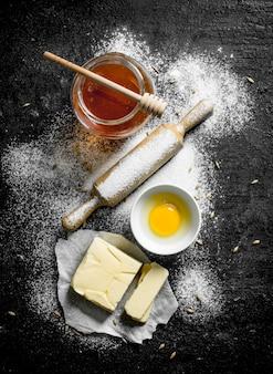 Ingredientes para fazer biscoitos caseiros em mesa rústica