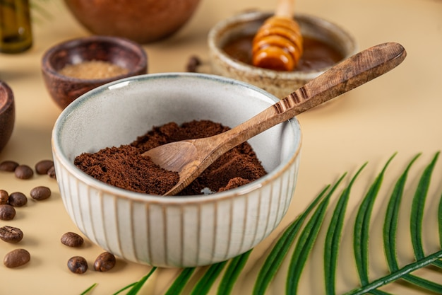Ingredientes para fazer café caseiro em uma mesa, close-up cosméticos ecológicos