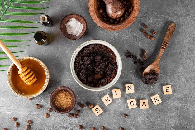 Ingredientes para fazer café caseiro esfoliante para a pele em fundo cinza cosméticos ecológicos