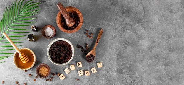 Ingredientes para fazer café caseiro esfoliante para a pele em fundo cinza web de cosméticos ecológicos