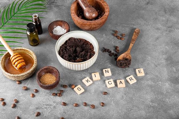 Ingredientes para fazer café caseiro esfoliante para a pele em mesa cinza, cosméticos ecológicos