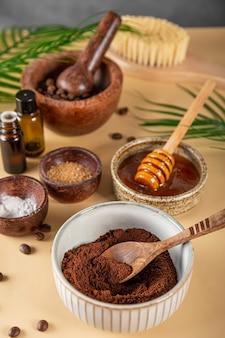 Ingredientes para fazer café caseiro esfoliante para a pele em uma mesa cosméticos ecológicos verticais