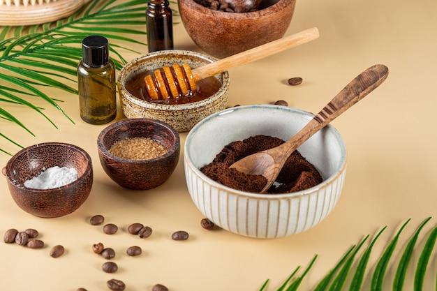 Ingredientes para fazer café caseiro esfoliante para a pele em uma mesa, cosméticos ecológicos