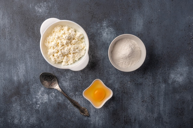 Ingredientes para fazer cheesecakes caseiros, queijo cottage, farinha, ovo