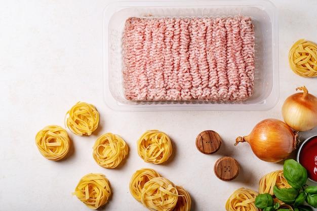 Ingredientes para fazer esparguete à bolonhesa