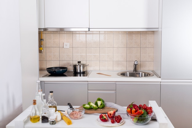 Ingredientes para fazer o espaguete na mesa branca na cozinha