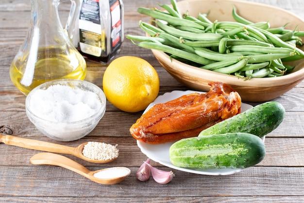 Ingredientes para fazer salada de feijão verde. receita passo a passo. salada saudável