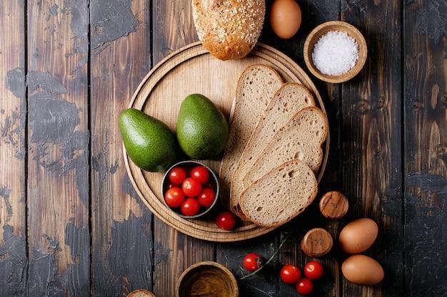 Ingredientes para fazer torradas de abacate