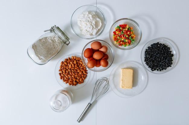 Ingredientes para fazer um bolo estão na mesa da cozinha