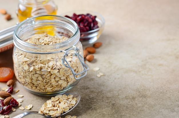 Ingredientes para granola de aveia caseira.