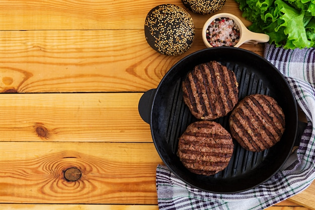 Ingredientes para hambúrguer. carne cozida na grelha