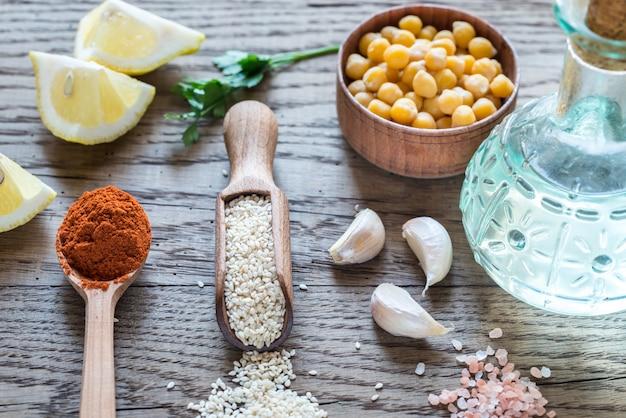 Ingredientes para hummus em uma mesa de madeira