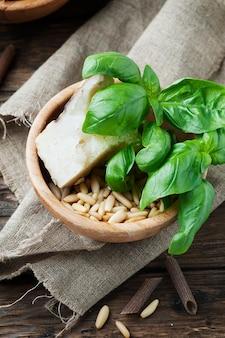 Ingredientes para macarrão com pesto com manjericão e queijo