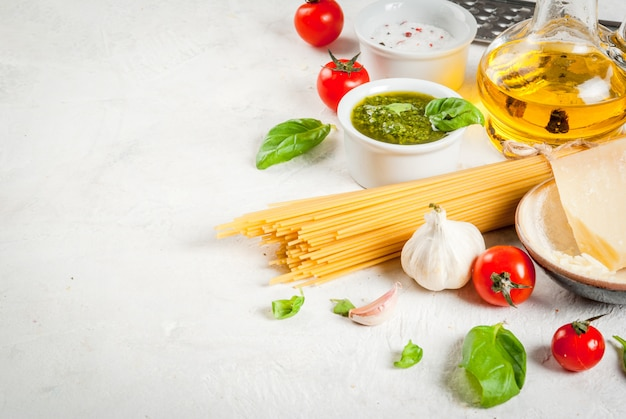 Ingredientes para macarrão com pesto