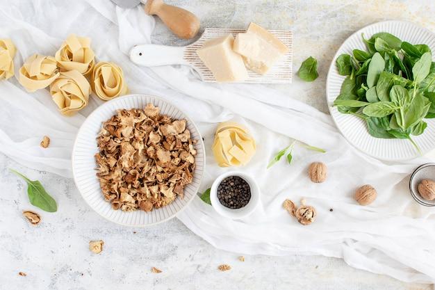 Ingredientes para macarrão espinafre
