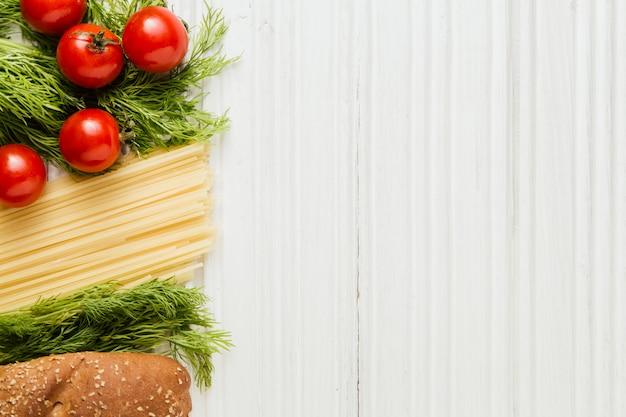 Ingredientes para macarrão no fundo branco de madeira