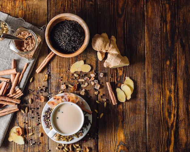 Ingredientes para masala chai e taça com bebidas
