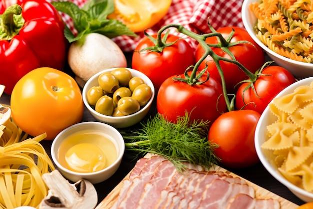 Ingredientes para massas com legumes, cogumelos, azeitonas. conceito de cozinha mediterrânea