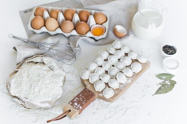 Ingredientes para modelar bolinhos caseiros. ovos, leite, farinha, sal, pimenta, carne.