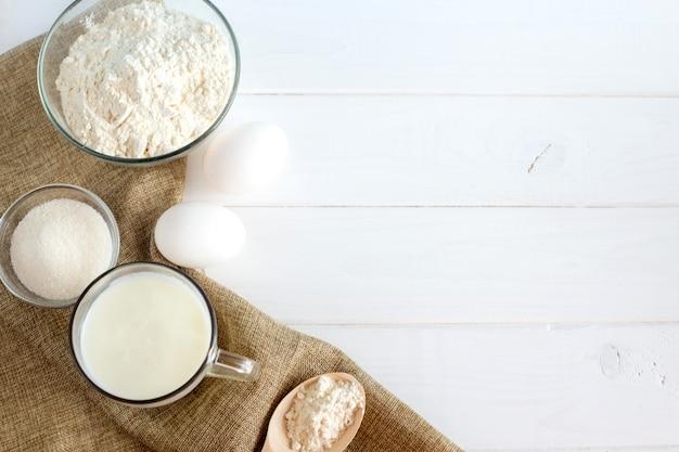Ingredientes para o bolo: ovos, farinha e leite