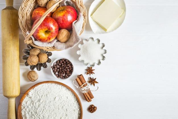 Ingredientes para o cozimento no outono. conjunto de produtos para bolos de maçã ou torta.