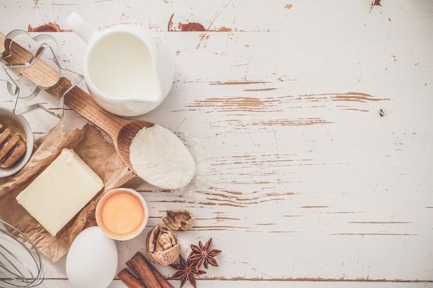 Ingredientes para o cozimento - ovos de manteiga de leite farinha de trigo com espaço de cópia
