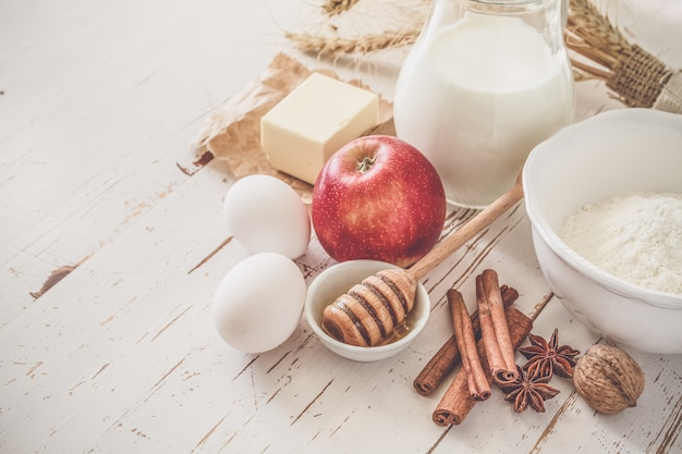 Ingredientes para o cozimento - ovos de manteiga de leite farinha de trigo