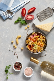 Ingredientes para o cozimento tradicional da massa - queijo, tomates, condimentos.