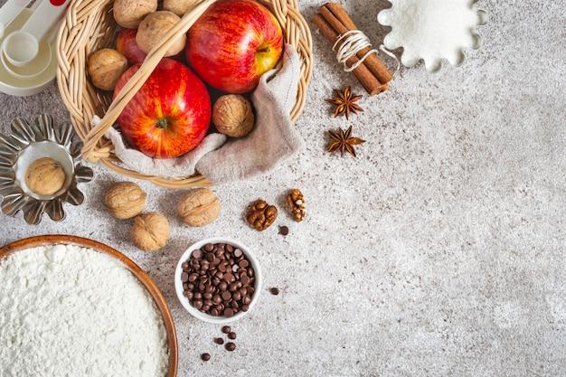 Ingredientes para o outono ou inverno no cozimento com maçãs e especiarias.
