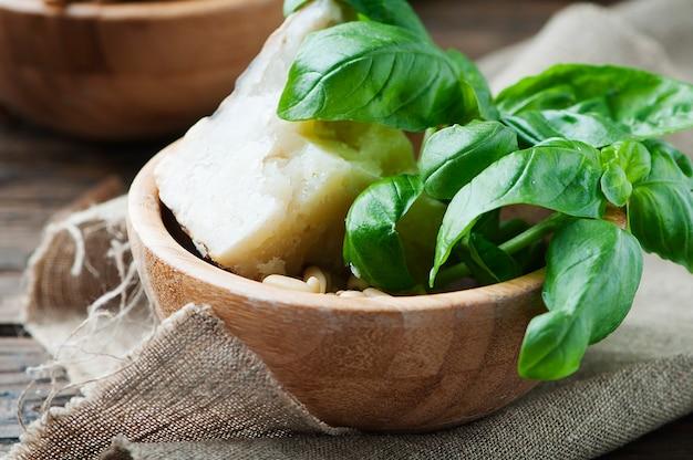 Ingredientes para o pesto italiano com manjericão e queijo
