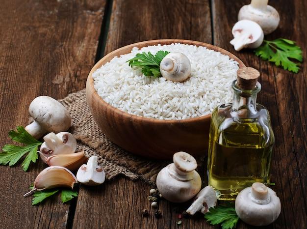 Ingredientes para o risoto: arroz, cogumelo, alho, óleo