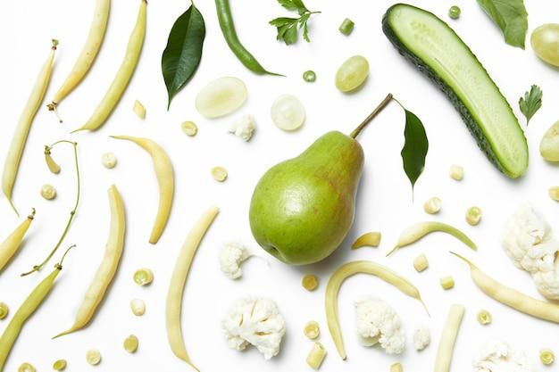 Ingredientes para o smoothie verde orgânico com frutas e vegetais, bebida saudável