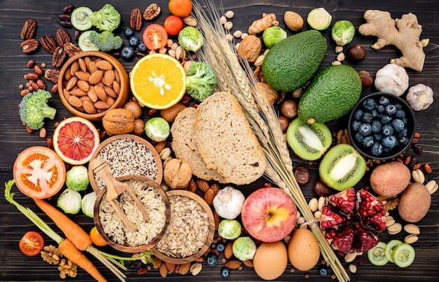 Ingredientes para os alimentos saudáveis criados em madeira