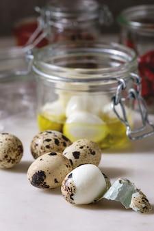Ingredientes para ovos de codorna em conserva
